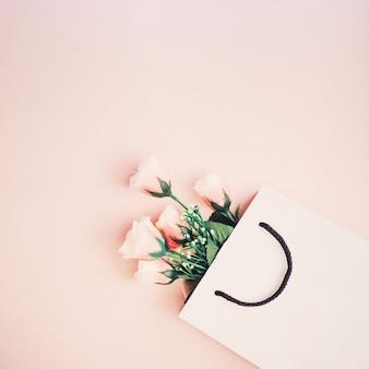 美しい花のモックアップのためのビンテージバッグ