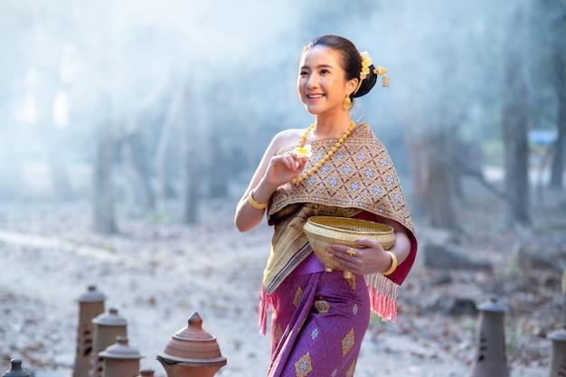 Красивые лаосские девушки в традиционной лаосской одежде, винтажный стиль, традиционный костюм.
