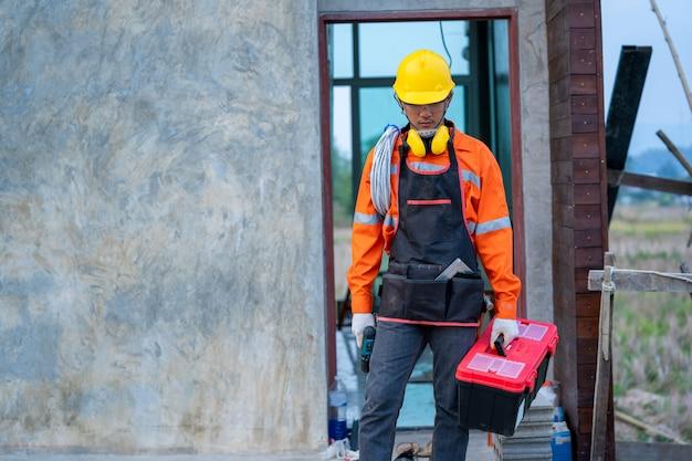 建設現場、家および家の再建でツールを使用して電気技師。