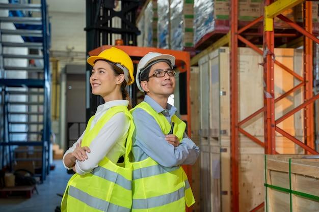 大規模な倉庫、スタッフ会議のコンセプトに立っている倉庫作業員の肖像画。