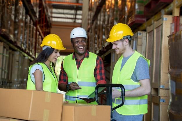 倉庫チームの肖像画は、倉庫での仕事について話し合います。