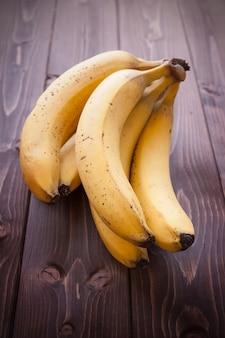 Бананы на деревянный стол
