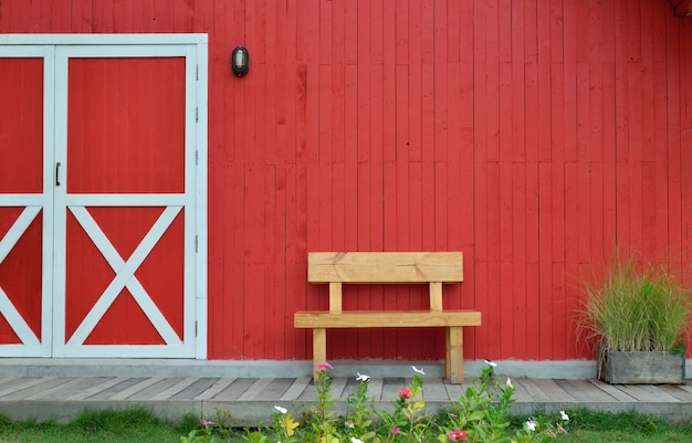 木製のベンチと赤い壁