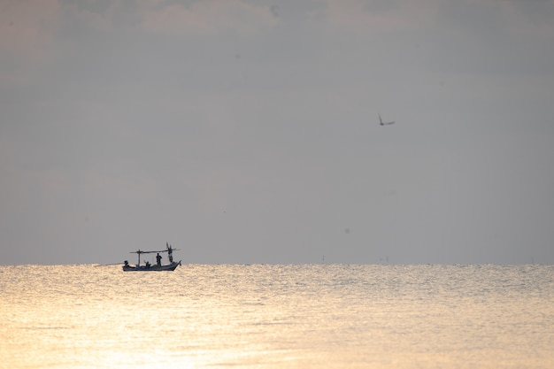 サムロイヨット国立公園、タイの日の出シーンと海の上の地元の漁船。
