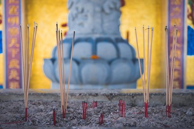 バーナーの香が寺院をくっつける。