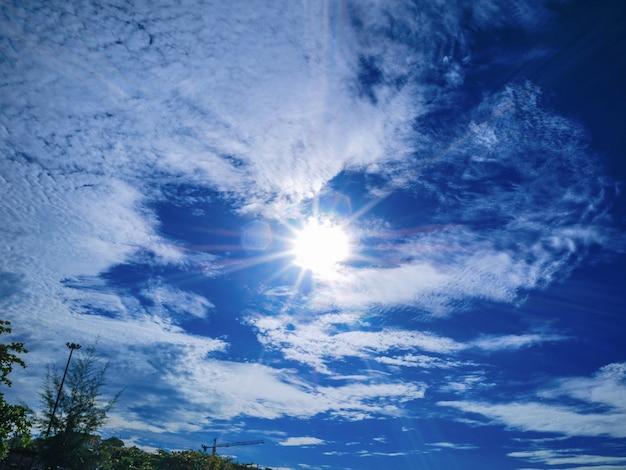 Облачное небо и красивый солнечный свет