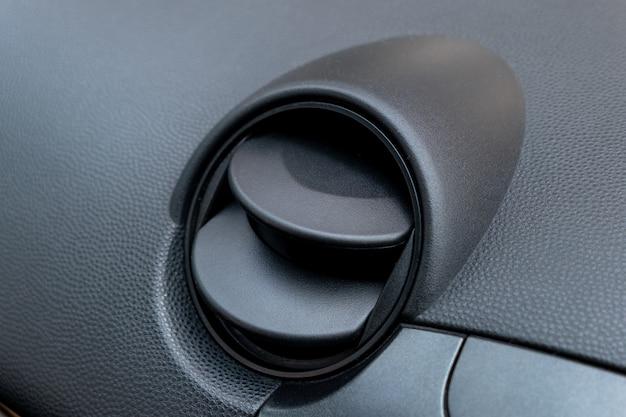 車のエアコンの穴。運転席内の換気