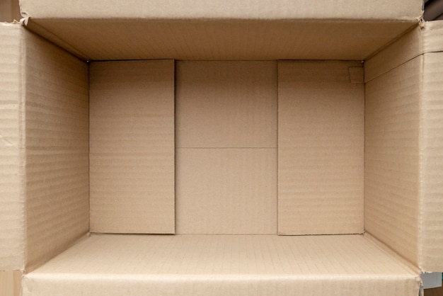 Пустая картонная коробка. закройте вверх по внутреннему виду картонной упаковочной коробки.