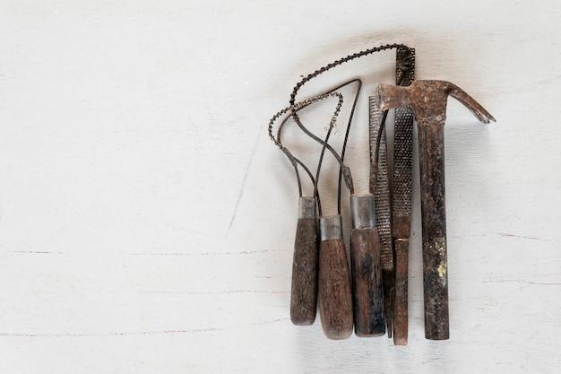 Набор скульптурных инструментов. художественные и ремесленные инструменты.