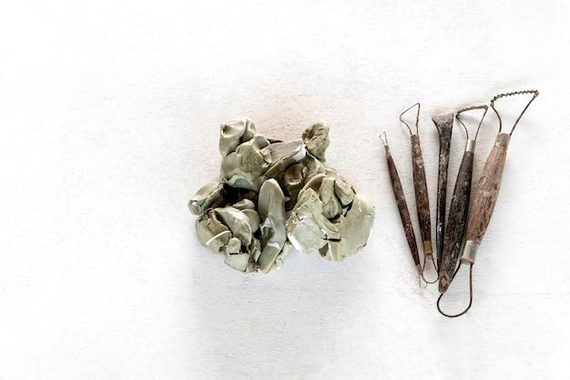 Набор скульптурных инструментов. инструменты искусства и ремесла на белой предпосылке.