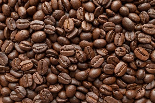 背景のコーヒー豆のロースト。閉じる。