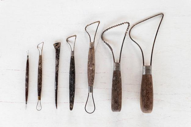 Скульптурные инструменты. инструменты искусства и ремесла на белой предпосылке.