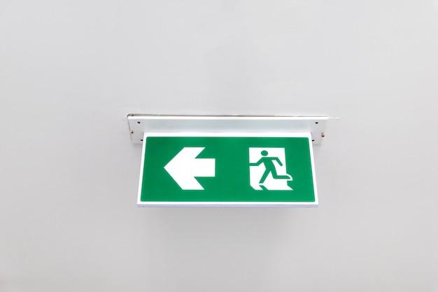 火出口標識。天井の非常用消火口出口ドア。