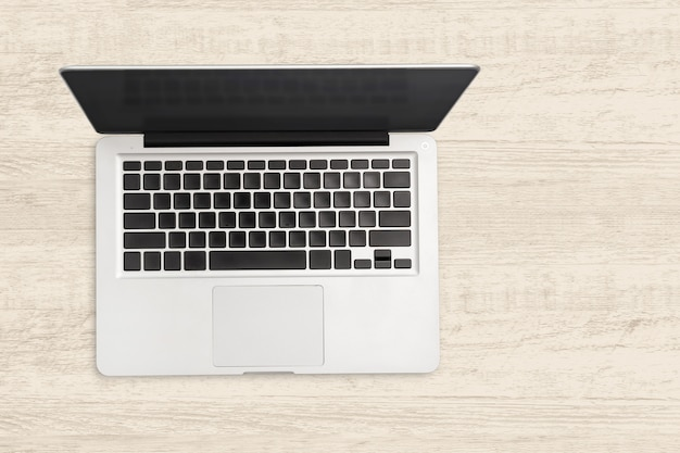 Портативный компьютер на белом фоне деревянные.