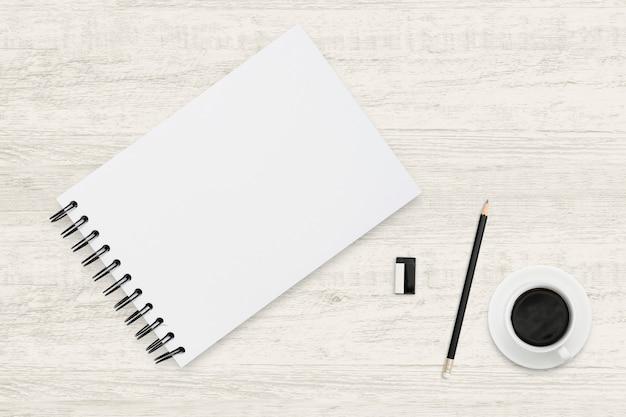 ウッドテクスチャ上のノートブックとコーヒーカップの平面図ビジネス背景。