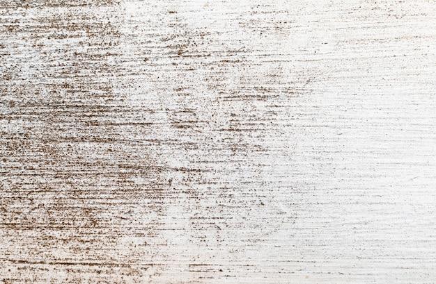 Грязный рисунок покрыт цементной поверхностью.