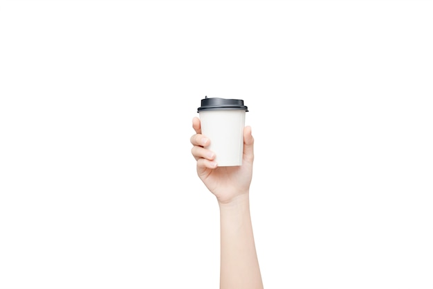 Женская рука держит кофейный бумажный стаканчик на белом