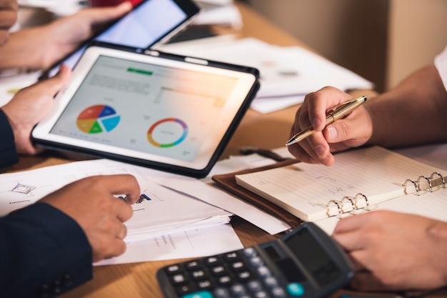 事務室でのビジネスマン分析グラフレポート