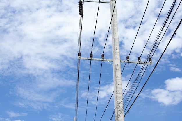 澄んだ青い空と電気のポスト