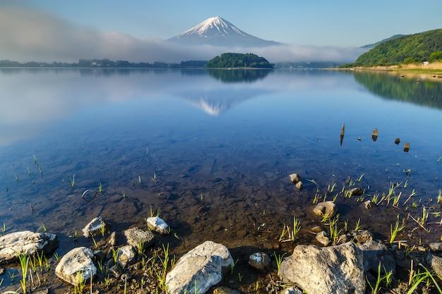 山山梨県河口湖の水面に映る富士山
