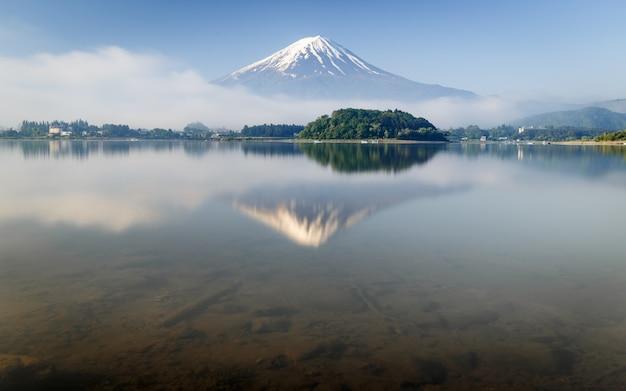 山の長時間露光河口湖の水面に映る富士山