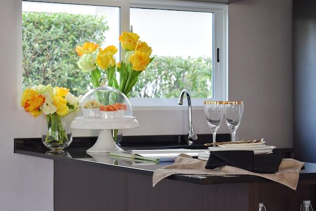 家庭の花崗岩のカウンタートップにシンクと調理器具を備えた近代的なパントリー