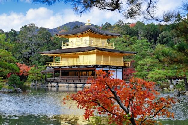 金閣寺の黄金館、秋の紅葉