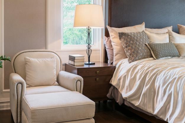 クラシックなスタイルのベッドルーム内装の豪華なソファ