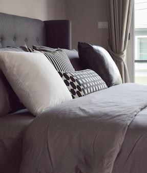 窓の隣に枕があるクラシックなベッドルームインテリア