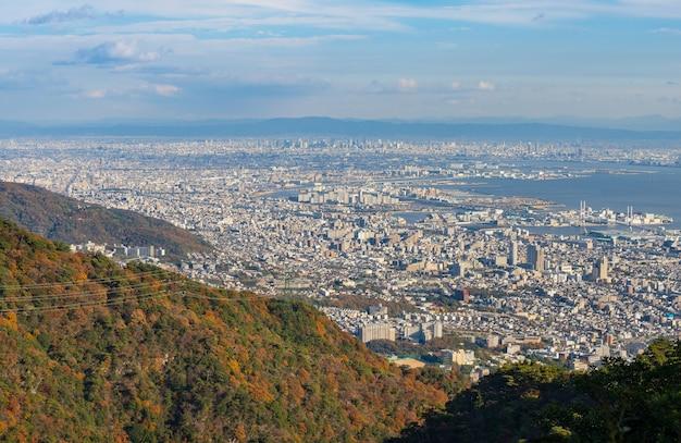 関西地方のいくつかの日本の都市を山から見たマヤ。