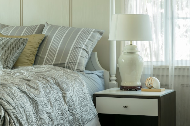 枕と居心地の良い寝室のインテリア
