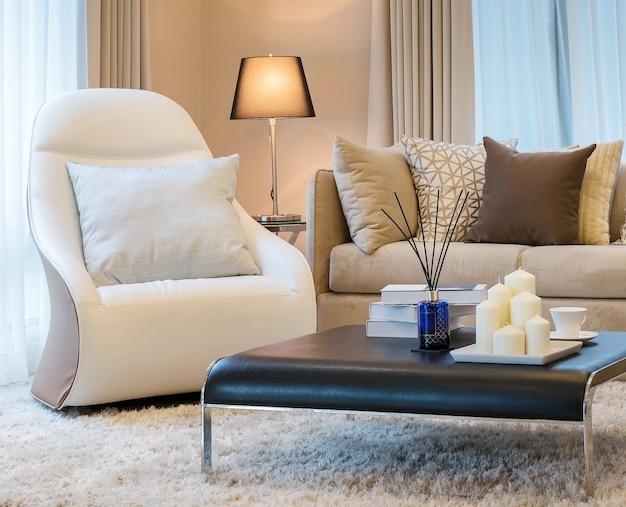 ソファと茶色の枕付きのモダンなリビングルームのデザイン