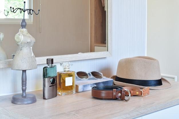 茶色の帽子の香水と革のベルト