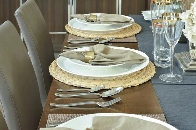 贅沢な食事の時間のための優雅さのテーブルセッティング