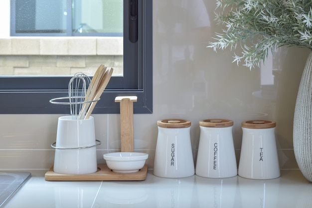 台所で白い道具のモダンなパントリー