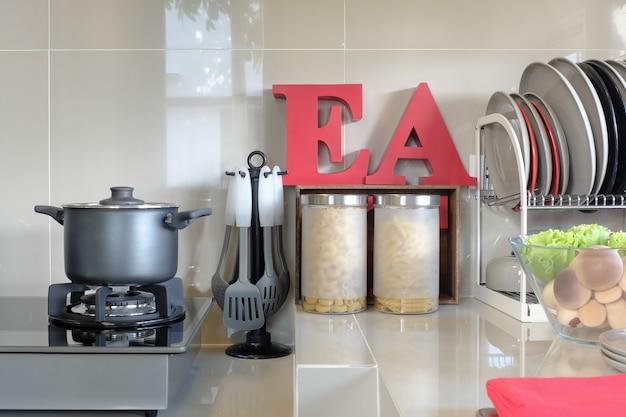台所用品、自宅のキッチンルームのカウンターの上の道具