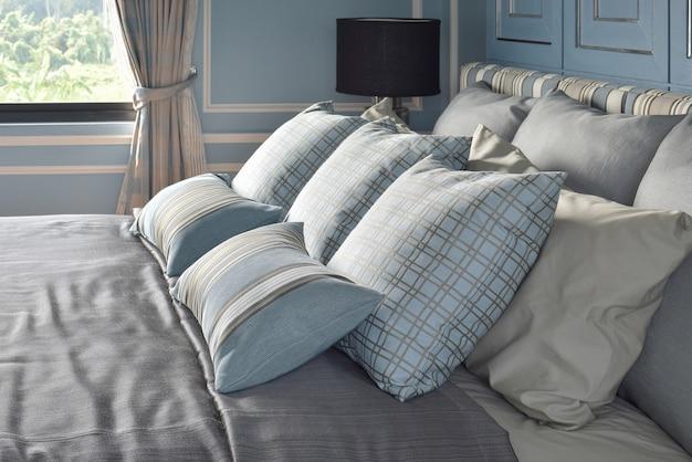 クラシックなスタイルの寝具との違いパターンの水色の枕