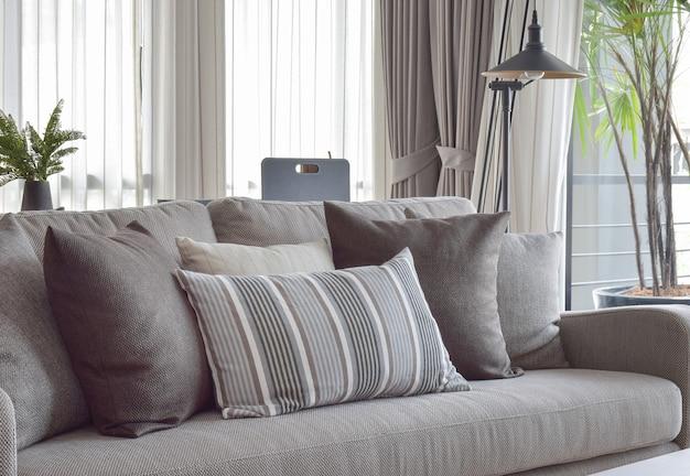 Классический стиль подушек и дивана в серых тонах