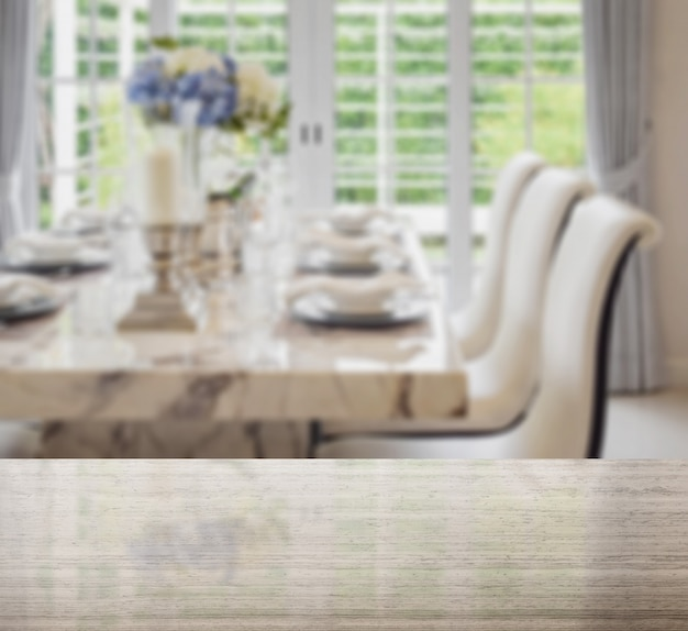 花崗岩のテーブルトップとエレガントなテーブルセッティングとビンテージスタイルのダイニングテーブルと快適な椅子のぼかし