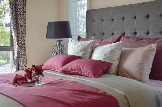 Красочная подушка и декоративный поднос с книгой