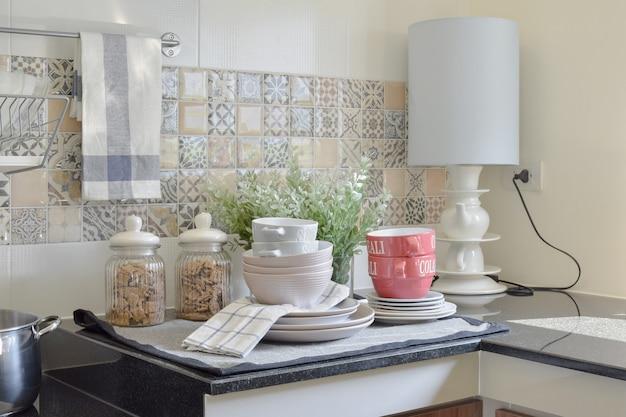 Современная керамическая посуда и посуда на столешнице из черного гранита