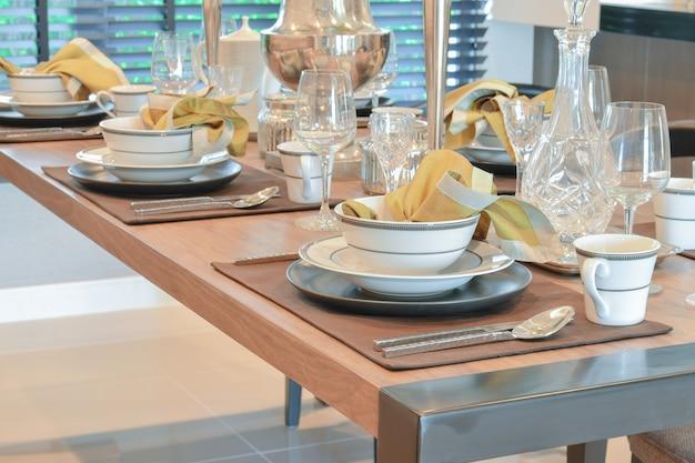 モダンなスタイルのダイニングルームのインテリアにエレガントなテーブルセット