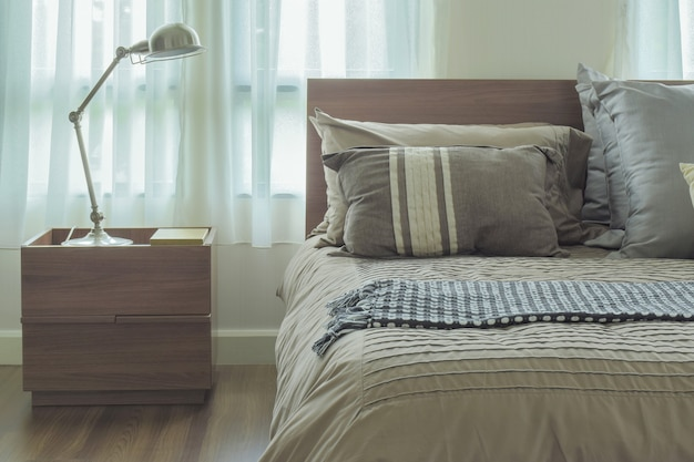 モダンなカントリースタイルの寝具と読書灯、レトロなスタイルのフィルター