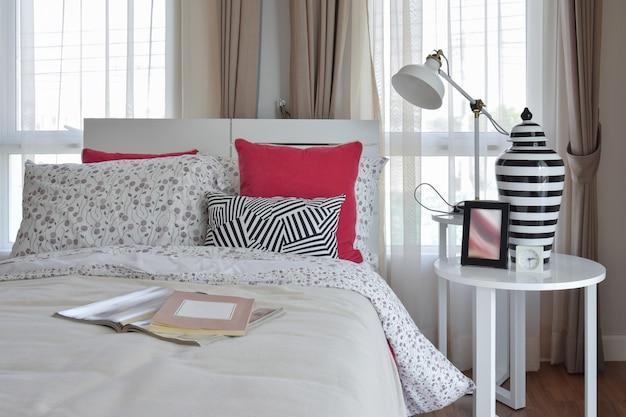 Стильный интерьер спальни с подушками и декоративной настольной лампой