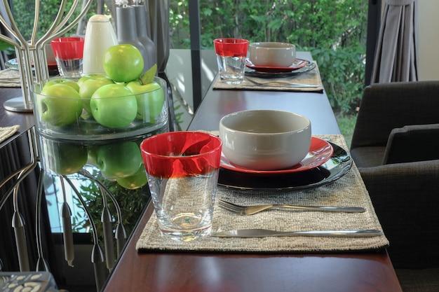 モダンなスタイルのダイニングルームのインテリアの木製ダイニングテーブルに設定されたテーブル