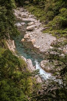 花蓮、台湾の風景のための側タロコ国立公園内の川の眺め。