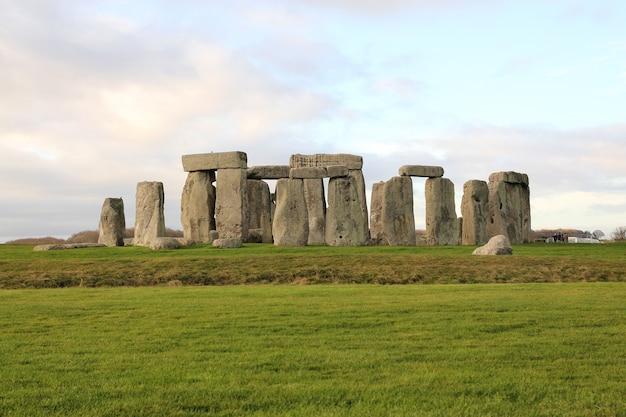 イギリスのウィルトシャーにある先史時代のモニュメントであるストーンヘンジの石。