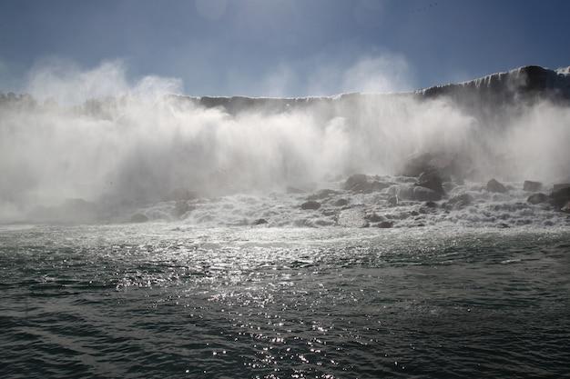 ナイアガラの滝の風景は、米国ニューヨーク州に霧があります