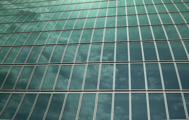 壁ガラスは背景の空を反映しています