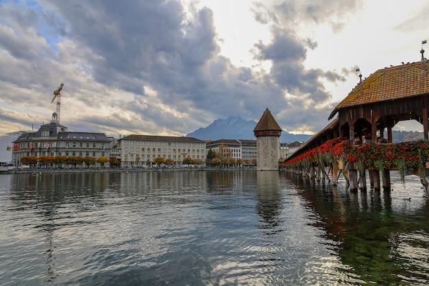 Старый деревянный часовенный мост в красивой достопримечательности швейцарии